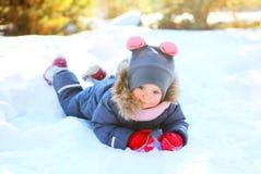 Ребенок зимы маленький играя имеющ потеху стоковая фотография rf