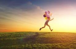 Ребенок играет с воздушными шарами стоковые фотографии rf