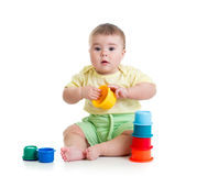 Ребенок играет с игрушками Стоковые Изображения RF