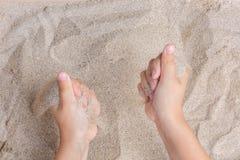 Ребенок играет с песком моря Sypet, летая прочь Ослабьте, раздумье Стоковые Изображения