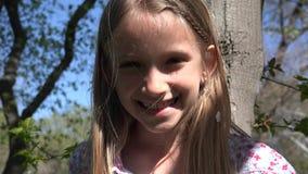 Ребенок играя взбираясь дерево на открытом воздухе в парке, смеясь портрете 4K маленькой девочки акции видеоматериалы