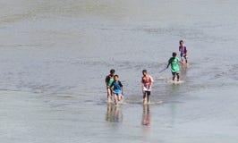Ребенок играя воду в воде Colo Nguter Sukoharjo запруды запруды Стоковое Фото