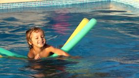 Ребенок играя в бассейне, с звуком сток-видео