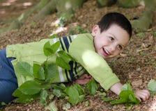 Ребенок играя в лесе Стоковое Фото