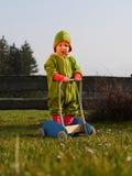 Ребенок играя в саде с курганом Стоковое Изображение