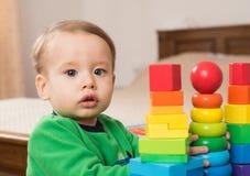 Ребенок играя игрушки стоковое фото rf