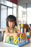 Ребенок играя игрушку Стоковое Изображение RF