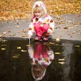 ребенок играя лужицу стоковое изображение rf