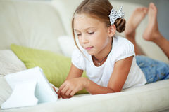 Ребенок играя на ПК таблетки Стоковое Изображение RF