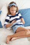 Ребенок играя на ПК таблетки Стоковая Фотография