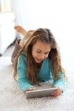 Ребенок играя на ПК таблетки Стоковое Изображение