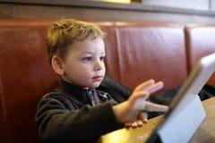 Ребенок играя на ПК таблетки Стоковые Изображения RF