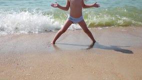Ребенок играя на пляже Ребенк скача в волны Каникулы моря для семьи с детьми Ход мальчика на тропическом сток-видео