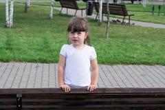 Ребенок играя на траве Стоковые Фотографии RF