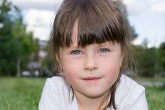 Ребенок играя на траве Стоковые Изображения RF