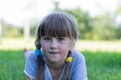 Ребенок играя на траве Стоковая Фотография RF