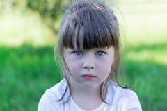 Ребенок играя на траве Стоковые Фото