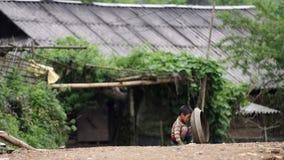 Ребенок играя на улице в PA Sa стоковая фотография rf