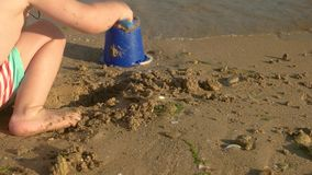 Ребенок играя на seashore акции видеоматериалы