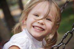 Ребенок играя отбрасывать outdoors Стоковое Фото
