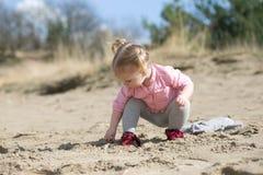 ребенок играя песок Стоковая Фотография RF
