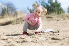 ребенок играя песок Стоковое Изображение RF