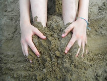 ребенок играя песок Стоковые Изображения