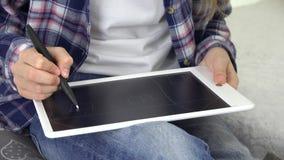 Ребенок играя планшет в девушке игровой рисуя дом, ребенк школы в спортивной площадке сток-видео