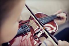 Ребенок играя скрипку стоковые изображения rf