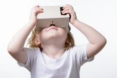 Ребенок играя стекла виртуальной реальности Стоковые Изображения RF