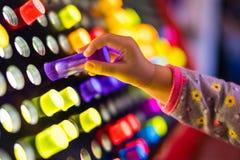 Ребенок играя с гигантскими светлыми яркими колышками игрушки стоковое изображение rf