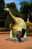 Ребенок играя с динозавром Стоковые Изображения RF