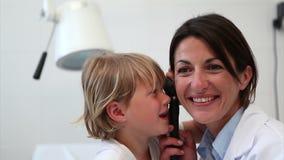 Ребенок играя с инструментом рассмотрения сток-видео