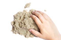 Ребенок играя с кинетическим песком Рука ребенка в песке c Стоковые Фото