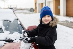 Ребенок играя с снегом снаружи Стоковое Изображение