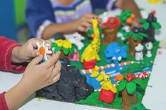 Ребенок играя с формами прессформы глины, творческие способности детей стоковые фотографии rf