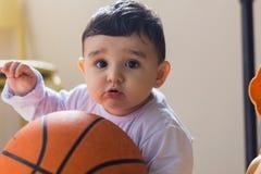 Ребенок играя с шариком корзины стоковое фото rf