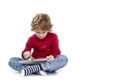 Ребенок играя таблетку пусковой площадки sreen время для детей Стоковое Фото