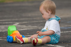ребенок играя тележку игрушки Стоковое Изображение