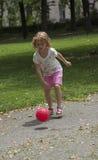 Ребенок играя шарик в парке Стоковая Фотография RF