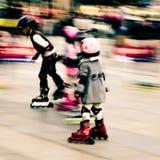 ребенок играя rollerblade стоковые изображения