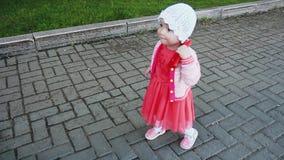 ребенок идет в парк сток-видео