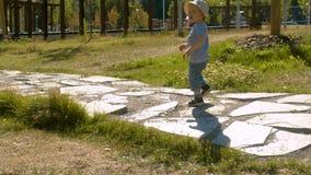 Ребенок идя вдоль дороги в парке акции видеоматериалы