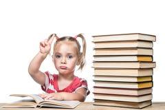 Ребенок изучает книгу Стоковое Фото