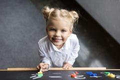 Ребенок изучая номера Стоковые Фотографии RF