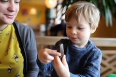Ребенок имеет печенья торта Стоковое Фото