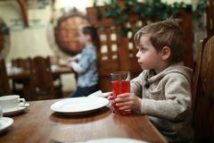 Ребенок имеет сок Стоковое Фото