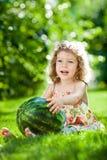 ребенок имея outdoors picnic Стоковое Изображение