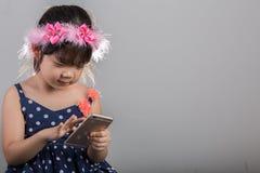 Ребенок используя предпосылку Smartphone Девушка играя заднюю часть Smartphone Стоковая Фотография