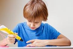 Ребенок используя ручку печатания 3D Мальчик делая новый деталь Творческий, технология, отдых, концепция образования Стоковые Фотографии RF